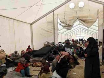 Tahanan Syria dikumpulkan di dalam khemah pelarian Syria al-Hol. - Foto AFP
