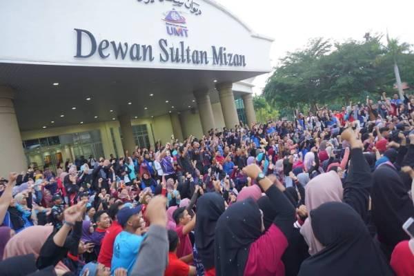 1,000 mahasiswa UMT berkumpul di Dewan Sultan Mizan bagi menyatakan bantahan terhadap cadangan penggabungan universiti itu dan UniSZA.