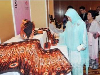 Tunku Azizah berkenan menyaksikan pameran batik ketika majlis Piala Seri Endon 2019 diiringi Ketua Pegawai Eksekutif Yayasan Budi Penyayang, Datuk Leela Mohd Ali.