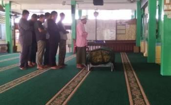 Jenazah kanak-kanak berusia dua tahun disembahyangkan di Masjid Jamek Serkam sebelum dikebumikan di Tanah Perkuburan Islam Serkam di sini, hari ini.