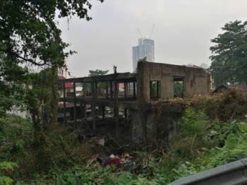 Sisa bangunan di atas tanah persendirian yang terbiar ini menjadi tempat pembiakan nyamuk dan pembuangan sampah haram.