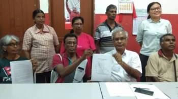 Jeyakumar (duduk, dua kanan) bersama ahli PSM yang hadir pada sidang akhbar di Pejabat PSM Cawangan Buntong di sini hari ini.