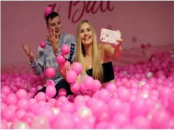 The Selfie Factory mempunyai 20 bilik khas yang boleh digunakan untuk mengambil gambar dan dimuat naik ke laman sosial.