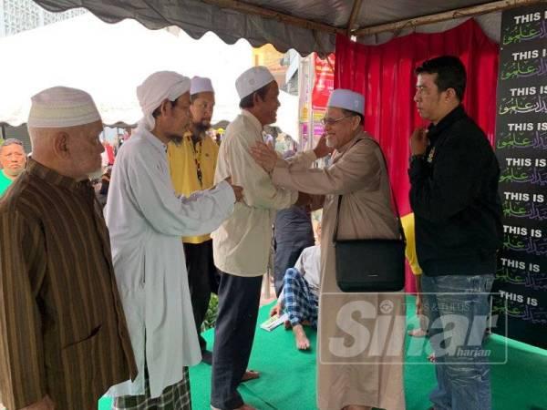 Mohd Amar (dua dari kanan) bersalaman bersama orang ramai yang mengikuti kuliah mingguan di Medan Ilmu hari ini. - Foto Sinar Harian