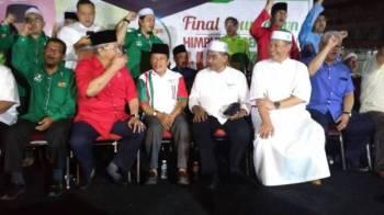 Takiyuddin (tiga dari kanan) berbual mesra dengan Annuar (dua dari kiri) pada Final Countdown Himpunan Perpaduan Ummah Peringkat Negeri Selangor di Kompleks Lincah Mahaguru Omardin, Batu Caves malam tadi.