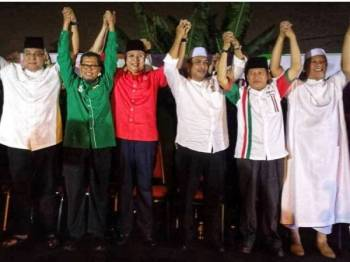Ahmad (dua dari kanan) ketika hadir program Final Countdown Himpunan Perpaduan Ummah di Sunway Batu Caves, malam tadi.