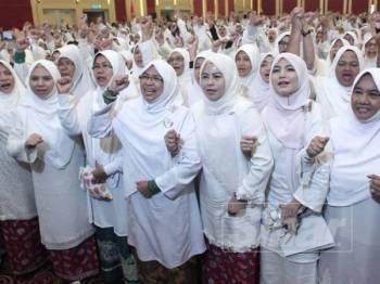 Noraini ketika bergambar bersama selepas sesi Tadabbur Surah As-Saff pada Himpunan Penyatuan Ummah UMNO Pas di PWTC hari ini. –Foto Sinar Harian ZAHID IZZANI