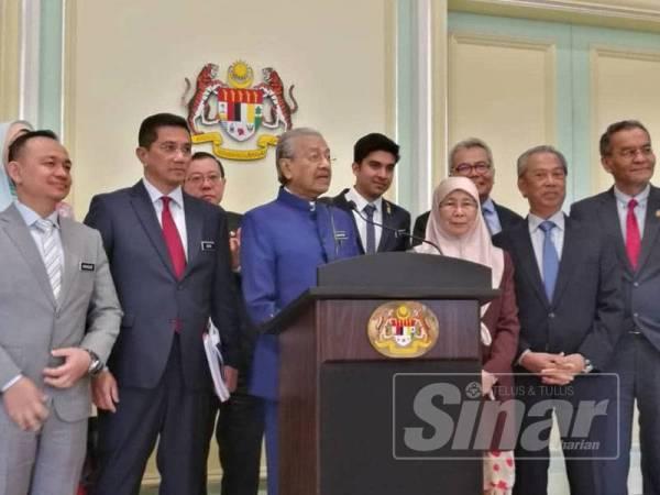 Dr Mahathir bersama menteri Kabinet pada sidang media hari ini.