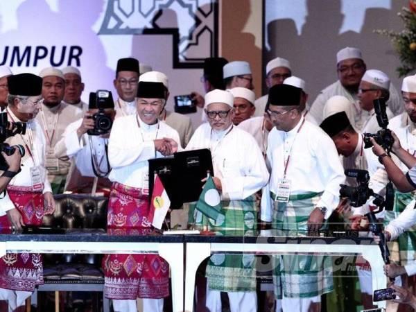 Ahmad Zahid dan Abdul Hadi menandatangani piagam Permuafakat Nasional pada Himpunan Penyatuan Ummah di PWTC hari ini. -Foto Sinar Harian SHARIFUDIN ABDUL RAHIM
