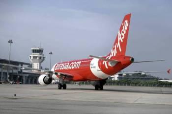 Pesawat pertama yang membawa para penumpang dari Johor Bharu selamat tiba di Lapangan Terbang Sultan Azlan Shah (LTSAS) ketika tinjauan hari ini. -Foto Bernama