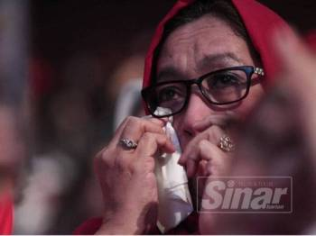 Tangisan oleh ahli-ahli UMNO dan Pas yang melihat majlis bersejarah penyatuan rasmi UMNO dan Pas pada Himpunan Penyatuan Ummah di Dewan Merdeka hari ini. - Foto Sinar Harian ZAHID IZZANI