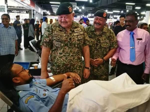 Zulkifli (kiri) beramah mesra dengan anggota yang menderma darah sempena Majlis Pelancaran Program Semarak Kasih: Kempen Derma Darah Veteran ATM di Amanjaya Mall Sungai Petani hari ini.