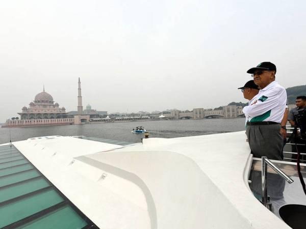 Perdana Menteri Tun Dr Mahathir Mohamad menyaksikan pusingan akhir perlumbaan bot di antara Universiti Malaya dan Universiti Putra Malaysia pada Pertandingan 'The Boat Race Putrajaya 2019' di Tasik Putrajaya hari ini. - Foto Bernama
