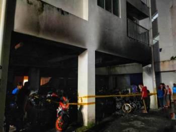 Pasukan bomba memadamkan kebakaran di tingkat bawah Pangsapuri Desa Tenaga Batu 3 1/2 Jalan Klang Lama di sini melibatkan parkir motosikal penduduk awal pagi ini. Foto: JBPM KL