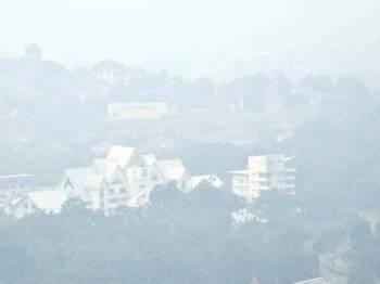 Pemandangan bangunan Majlis Bandaraya Melaka Bersejarah kabur ekoran jerebu yang sedang melanda negara ketika tinjauan hari ini. Foto: Bernama