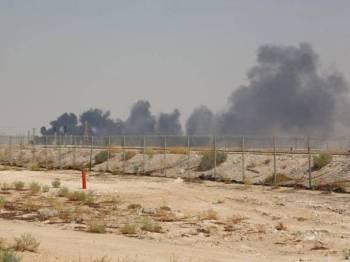 Kepulan asap memenuhi ruang udara loji minyak Aramco di Abqaiq, semalam. - Foto AFP