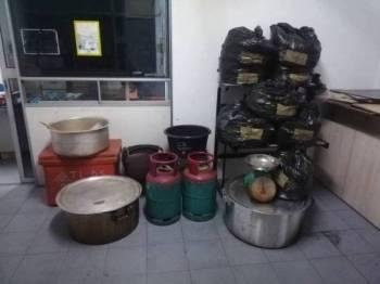 Bungkusan air dan daun ketum yang dirampas dalam satu operasi di Kampung Pintu Padang semalam.