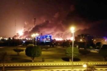 Asap tebal memenuhi ruang udara di fasiliti minyak di Abqaiq selepas serangan dron semalam.
