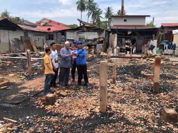 Wakil TNB yang hadir untuk menutup akaun di kawasan tujuh rumah yang terbakar.