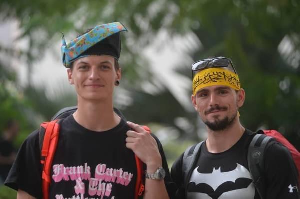 Vojta (kiri) dan Safranek tertarik dan teruja dengan kemeriahan sambutan Hari Malaysia.