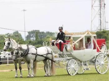 Pengantin diarak dengan menaiki kereta kuda di Iskandar Polo Club di sini semalam.