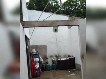 Salah sebuah daripada 22 rumah yang terjejas dalam kejadian ribut di Baling petang semalam.