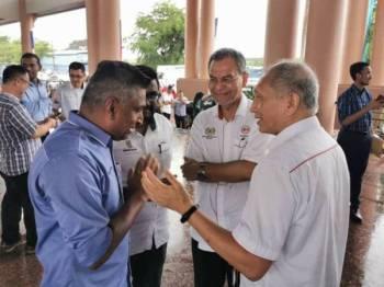 David (kiri) bertemu dengan Menteri Kesihatan, Datuk Seri Dr Dzulkefly Ahmad semalam bagi mengutarakan beberapa isu mengenai penjualan arak murah.