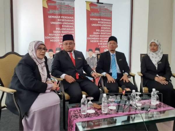 Amirudin (dua dari kiri) pada sidang media selepas merasmikan Seminar Perdana Kesedaran Undang-undang Syariah, Pelancaran Dana Bantuan Nafkah Bahagian Sokongan Keluarga Negeri Selangor dan Sistem E-Locator di Pusat Konvensyen Shah Alam hari ini.