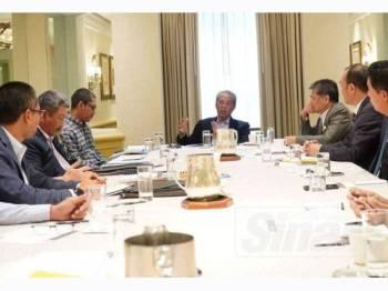 Muhyiddin(tengah) bersama delegasi KDN mempengerusikan mesyuarat bersama pegawai Amerika Syarikat dalam lawatan kerja rasmi Menteri Dalam Negeri ke Amerika Syarikat bermula hari ini sehingga Rabu.