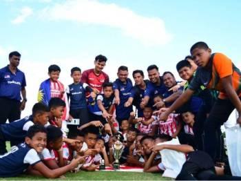 Pemain Malaysia Warrior meraikan kejayaan menjuarai saingan Piala Global 2019 semalam. -Foto UWAIS QARNI