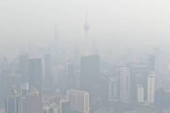 Jarak penglihatan sekitar ibu kota terbatas ekoran jerebu dengan Indeks Pencemaran Udara (IPU) mencatatkan bacaan 148 iaitu tidak sihat ketika gambar ini dirakam pada 4 petang tadi. - Foto Bernama