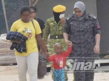 Wanita berusia 23 tahun yang ditahan bersama anaknya berusia 2 tahun di tapak pembinaan perumahan di Jasin Bestari di sini hari ini.