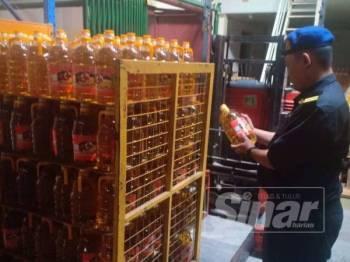 Pegawai KPDNHEP Perak menjalankan siasatan dan audit ke atas sebuah syarikat pembungkusan minyak masak yang disyaki menyeleweng bekalan bersubsidi itu.