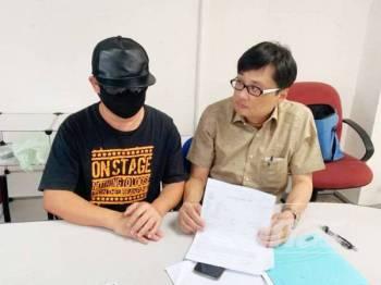 Michael (kanan) bersama Chua ketika ditemui di Pejabat Ketua Aduan MCA Johor di sini semalam.