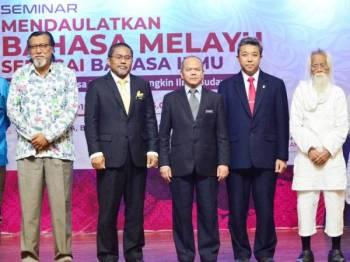 Ketua Setiausaha Kementerian Pendidikan, Datuk Dr Mohd Ghazali Abas (tiga dari kiri), Timbalan Ketua Setiausaha (Perancangan Strategik) Kementerian Pendidikan, Datuk Kamel Mohamad (tiga dari kanan) hadir pada Seminar Mendaulatkan Bahasa Melayu Sebagai Bahasa Ilmu.   Sebahagian yang hadir pada Seminar Mendaulatkan Bahasa Melayu Sebagai Bahasa Ilmu termasuk Sasterawan Negara,Datuk Seri Dr A. Samad Said (dua kanan)