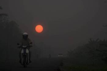 Pemandangan matahari kemerahan akibat jerebu di Jalan Sri Aman - Lingga yang dirakam pada 7 pagi ini. Kualiti udara di Sri Aman secara umumnya menunjukkan penurunan setakat 8 pagi ini daripada peringkat bahaya kepada sangat tidak sihat. - Foto Bernama