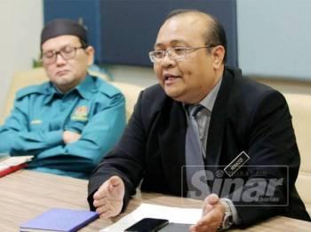 Norazizi (kanan) menjelaskan mengenai pasukan rondaan pembakaran terbuka bagi mengurangkan keadaan jerebu di Perak.