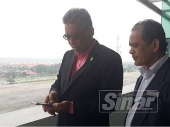 Dr Ismail (kiri) memeriksa bacaan IPU di Alor Setar hari ini.
