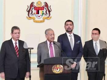 Dr Mahathir (tengah) melancarkan Kerangka Dasar Luar Malaysia Baharu di Perdana Putra hari ini. -Foto Sinar Harian ZAHID IZZANI