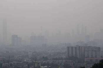 Pemandangan sekitar bandar raya Kuala Lumpur yang masih berjerebu. -Foto Bernama