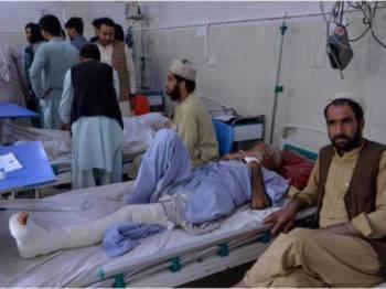 Mangsa serangan pengebom berani mati dan penyerang bersenjata di Jalalabad, Afghanistan hari ini dirawat di hospital. - FOTO AFP