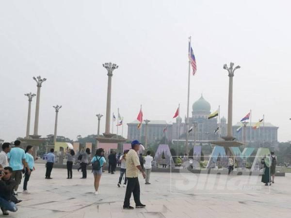 Tinjauan Sinar Harian di sekitar Dataran Masjid Putra semalam. - Foto Sinar Harian