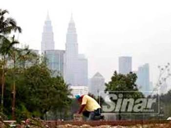 Menara Berkembar Kuala Lumpur diliputi jerebu.
