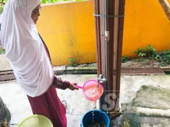 Rohanah menadah air untuk dicatu dan perlu dibiarkan untuk mendapan kelodak karat sebelum digunakan.