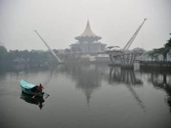 Pemandangan Dewan Undangan Negeri Sarawak bandaraya Kuching yang yang kelihatan kabur kerana berjerebu dengan bacaan IPU 271 iaitu 'sangat tidak sihat' pada pukul 7.00 pagi ini. Foto: Bernama