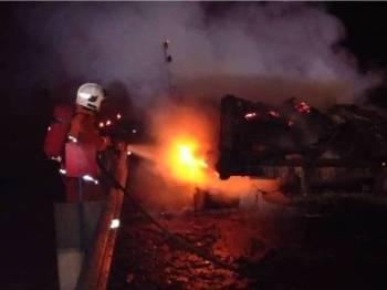 Operasi memadamkan kebakaran lori itu tamat jam 8.51 malam. - Foto JBPM