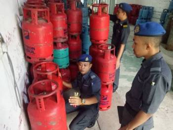 Antara tong gas LPG yang dirampas dalam serbuan semalam.