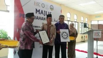 Dari kiri Mohd Ghazali menyerahkan sijil halal kepada Pengerusi IASC Holdings Sdn Bhd, Datuk Dr Ahmad Munawar Abdul Jalil dan Pengarah Urusan IASC, Mohd Zamri ibrahim.