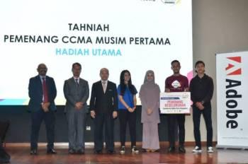 Mohd Ghazali bergambar bersama pemenang pertandingan CCMA 2019 pada Majlis Penyampaian Hadiah Pertandingan Creative Content Master Award (CCMA) 2019 dan pelancaran Pertandingan CCMA 2020 di Dewan Za'ba Kementerian Pendidikan Malaysia di sini hari ini.