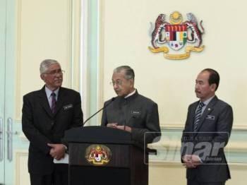 Dr Mahathir Mohamad berucap pada sidang media sempena Mesyuarat Jawatankuasa Khas Kabinet mengenai anti-rasuah (JKKMAR) di Putrajaya. -Foto Sinar Harian ZAHID IZZANI